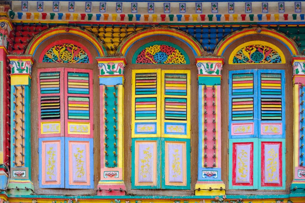 Little India on täynnä värikkäitä rakennuksia.