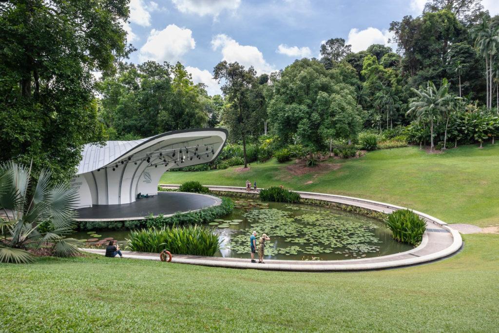 Shaw Foundation sinfonia-lava kasvitieteellisen puutarhan keskellä.