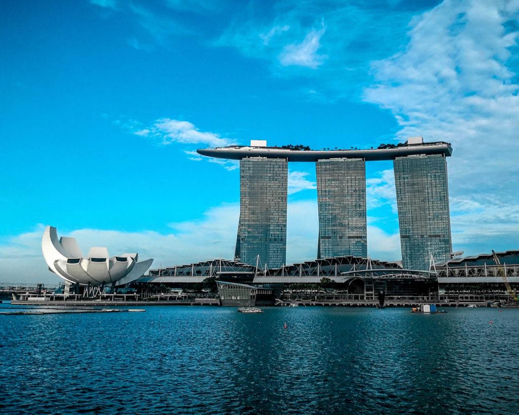 Marina Bay Sands on osa Singaporen tunnetuin rakennus. Kuva: Kelvin Zyteng - Unsplash.