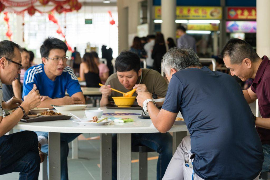 Miehet hawker-lounaalla Tiong Bahru Marketissa. Kuva: Soile Vauhkonen