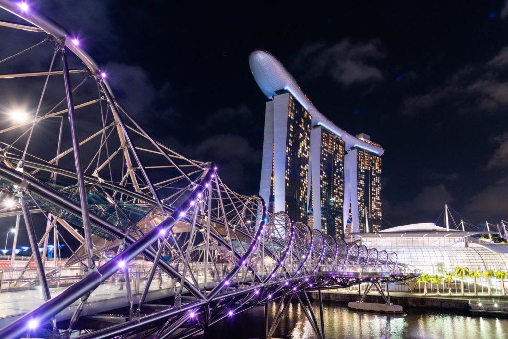 Helix sillalta on upeat näkymät valaistuun kaupunginosaan. Kuva: Soile Vauhkonen