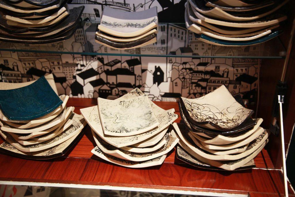 Kallio second hand myy Jatta Tuisku Ceramicsin lautasia. ©Miila Sillfors