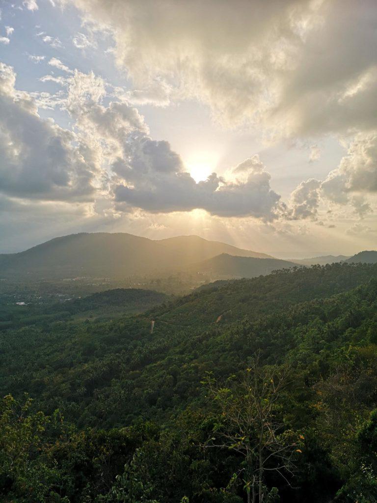 Auringonlasku kuvattuna korkealta vuorelta keskeltä Koh Samuin saarta.