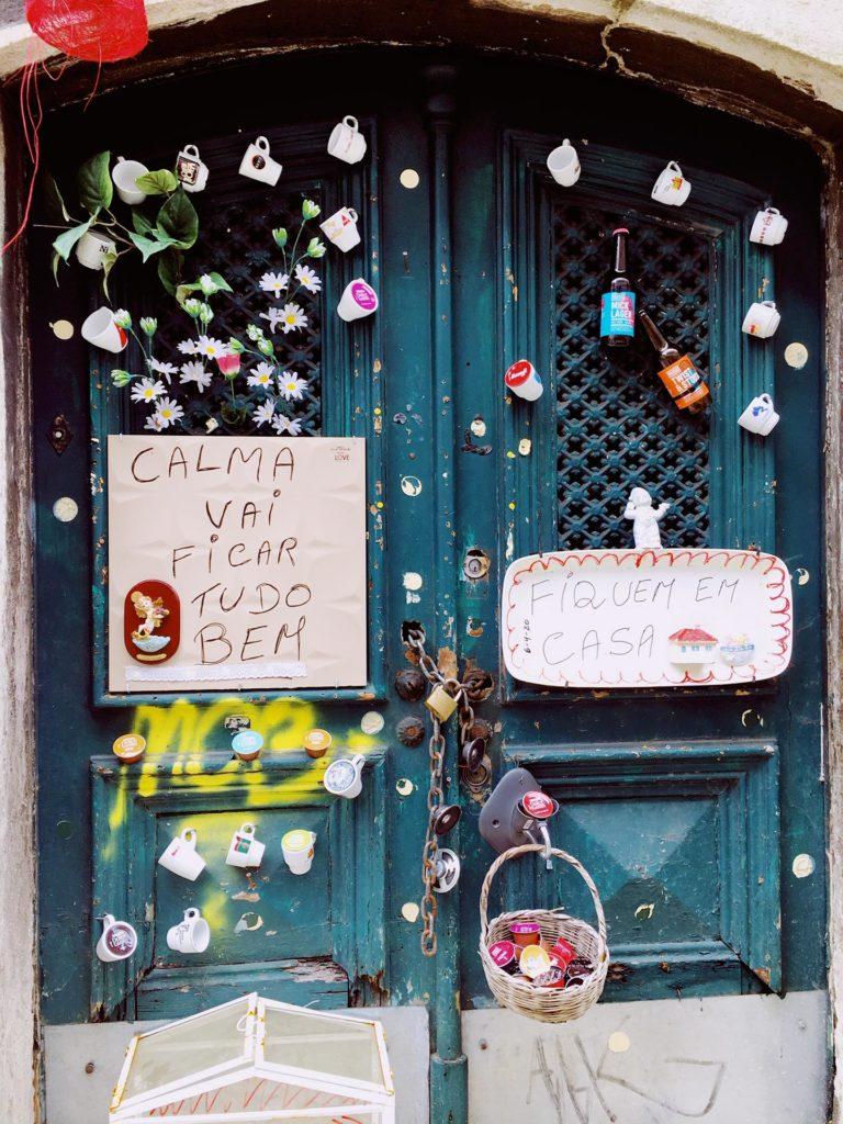 Lissabonin kaduilla näkyy erilaisia kehoituksia pysyä rauhallisena ja kotona. Kuva: Saara Helkala.
