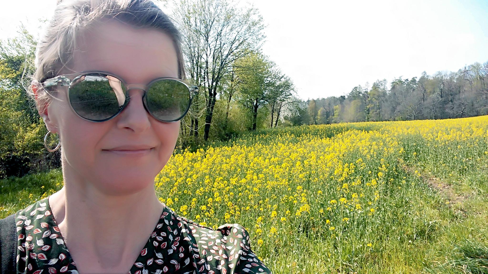 Liisa Helve-Sibaja ja keväinen rypsipelto Zürichissa. Kuva © Liisa Helve-Sibaja