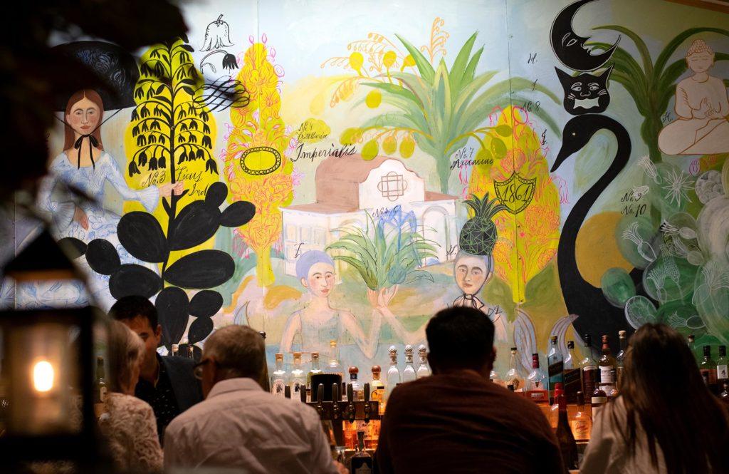 Sam's Social Clubin baaritiskiä koristaa värikäs muraali.