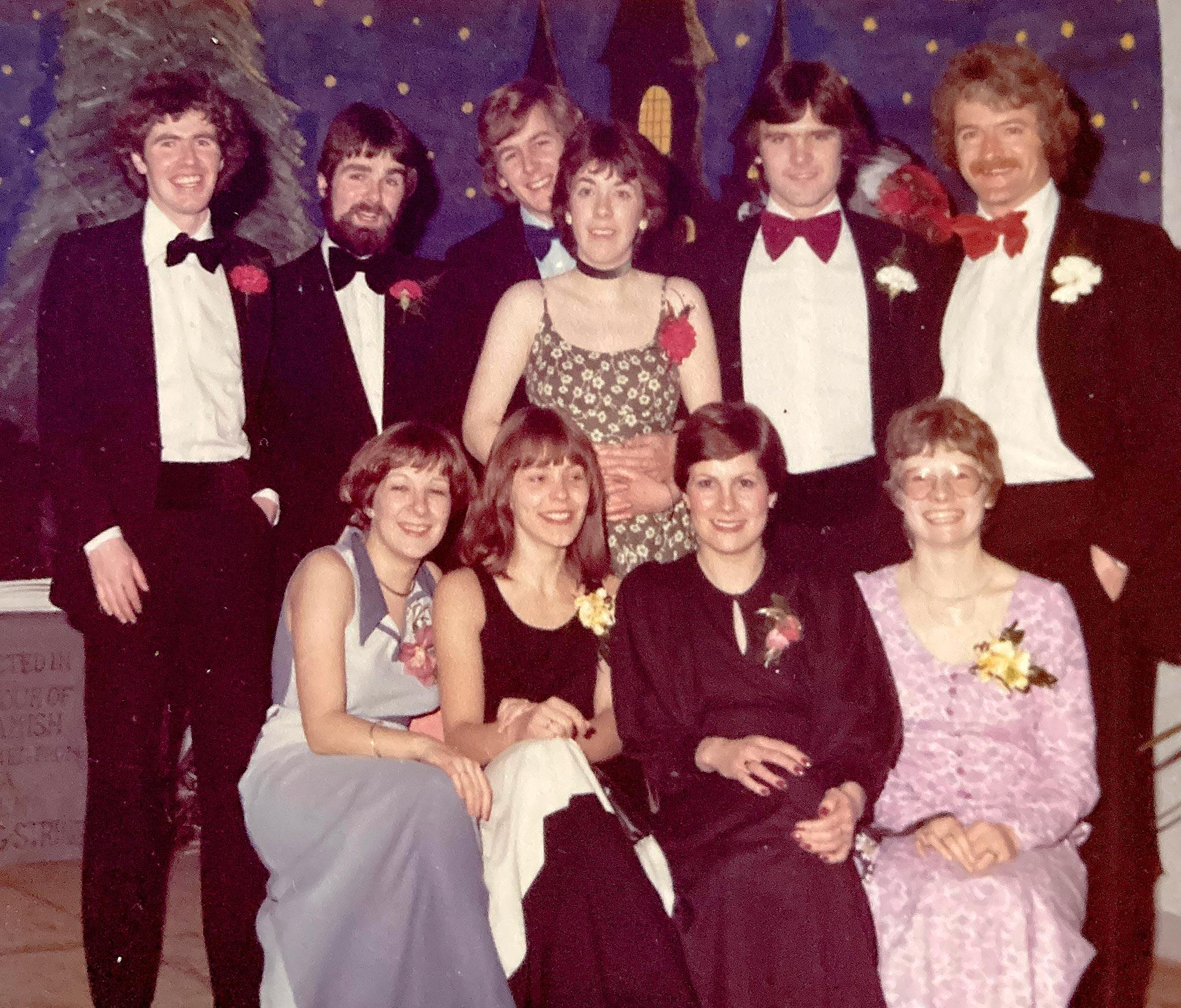 StAndrewsin yliopiston jalkapallokerhon illallistanssiaisissa. Kirjoittaja Vuokon mekossa alarivissä toinen vasemmalta.