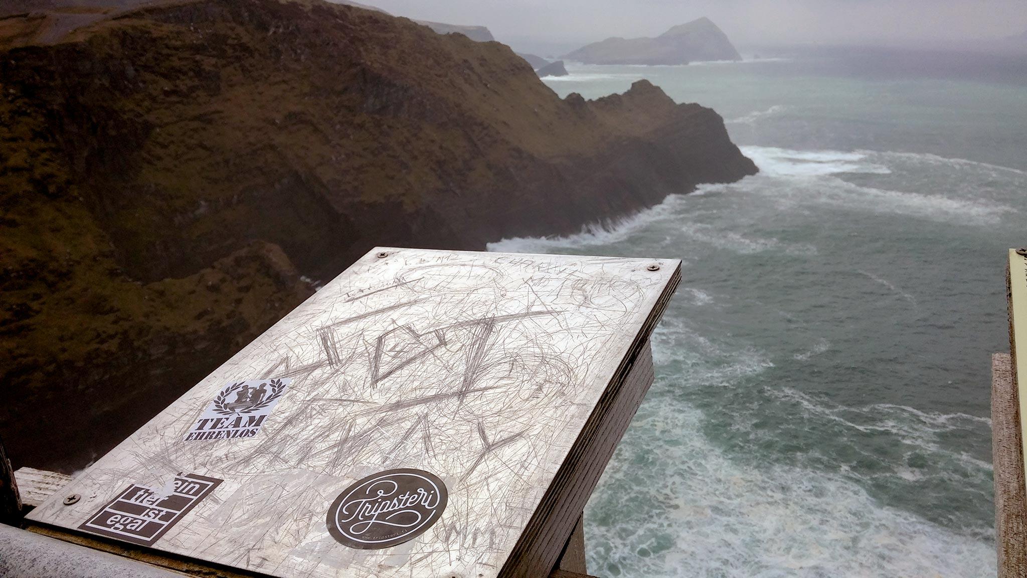 Kerry Cliffsin -näköalapaikalle jätetty muistomerkki. Tripsteri-Irlanti -kirjan-kirjoitusmatkalta. Kuva: Moona Laakso